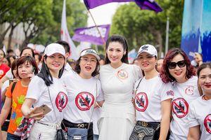 Á hậu Tú Anh bị fans 'bao vây' khi xuất hiện ở phố đi bộ Hồ Gươm