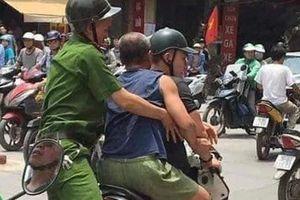 Hà Nội: Người đàn ông đập chai bia làm 'vũ khí' đâm công an