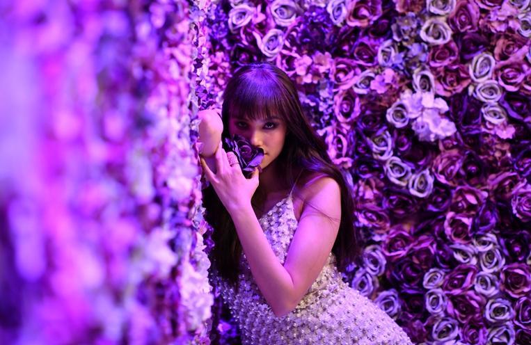 Hoa hậu Phạm Hương tái xuất khác lạ dưới ống kính nhiếp ảnh gia Brazil