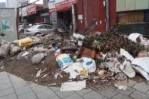 'Bãi rác' tự phát ngay mặt đường Phạm Văn Đồng