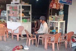 Nhìn hình ảnh bé trai nằm co ro bên góc đường, ai cũng phải thốt lên: 'Thương con quá!'
