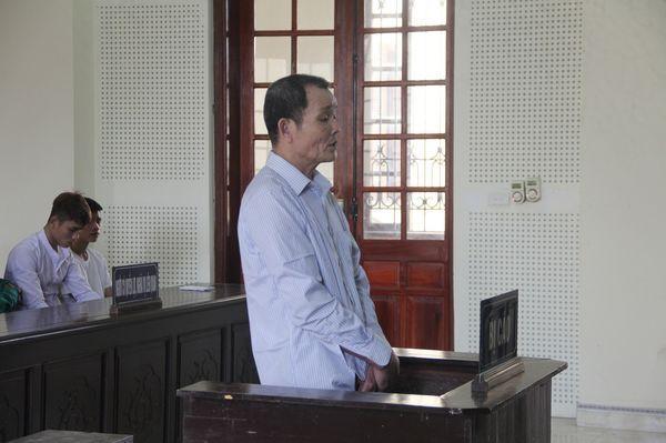 Thầy mo rút dao đâm con trai tử vong trong cơn say rồi hoảng loạn định ăn lá ngón tự tử