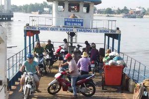 Tiền Giang: Người dân bức xúc vì đi phà chung với xe rác