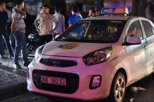 Hà Nội: Một nữ tài xế taxi bị cứa cổ trong buồng lái
