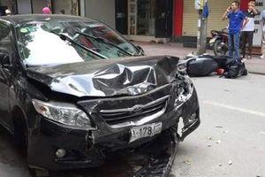 Hà Nội: Toyota Corolla Altis mất lái gây tai nạn liên hoàn, 2 người bị thương