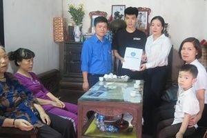 Bảo hiểm xã hội Việt Nam thăm hỏi, tặng thẻ Bảo hiểm y tế cho 2 con nữ công nhân tử nạn