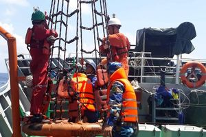 Tàu 739 kịp thời cấp cứu ngư dân bị tai nạn lao động trên biển