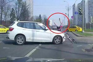 Clip: Người đi xe đạp vượt đèn đỏ, bị ô tô BMW tông bay người
