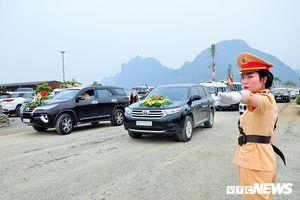 Nữ cảnh sát xinh đẹp phân luồng giao thông trong Đại lễ Vesak 2019 tại chùa Tam Chúc