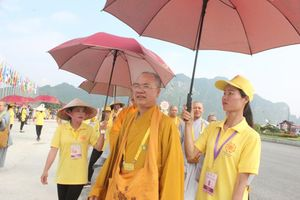 Tình nguyện viên đội nắng hướng dẫn đại biểu trong Đại lễ Phật đản Vesak 2019