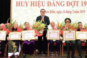 Bí thư Thành ủy Hà Nội Hoàng Trung Hải trao Huy hiệu Đảng cho đảng viên lão thành