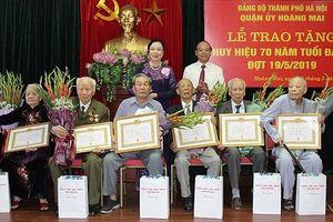 Lãnh đạo thành phố Hà Nội trao Huy hiệu Đảng cho đảng viên lão thành quận Tây Hồ, Thanh Xuân