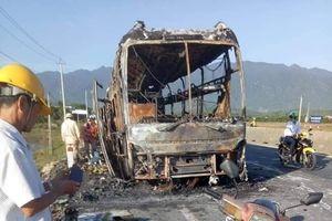Xe giường nằm bị thiêu rụi, 20 hành khách thoát nạn trong đêm