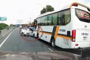 Clip ô tô tạt đầu xe khách kiểu liều mạng bị húc xoay vòng, thanh niên giở thói côn đồ