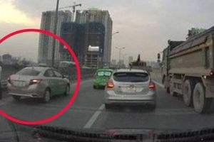 Clip: Tài xế taxi đang đi liền dừng xe giữa đường để làm một việc 'không thể chấp nhận được', khiến cao tốc ùn ứ kéo dài