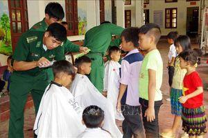 Chiến sỹ biên phòng nâng bước học sinh vùng cao Pa Tần