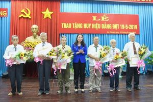 Trao tặng Huy hiệu Đảng cho 287 đảng viên cao tuổi Đảng