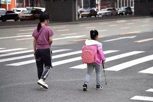 5 năm bí mật theo chân con gái mù đi học của bà mẹ nghèo