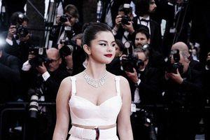 Không ngờ đằng sau giây phút sang chảnh trên thảm đỏ, Selena Gomez lại 'ngả ngớn' ra thế này