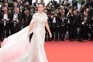 Củng Lợi 53 tuổi vẫn trẻ trung khoe sắc cùng các 'đàn em' trong ngày mở màn LHP Cannes 2019