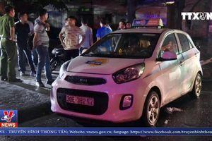 Một lái xe taxi bị đâm trọng thương