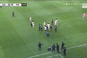 Công Phượng bị vào bóng thô bạo, đồng đội giận dữ lao tới dắn mặt đối thủ