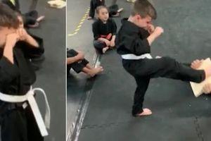 Cậu bé 5 tuổi khóc lóc trước khi đạp vỡ tấm gỗ tại lớp Karate