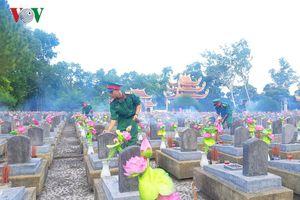 Hát cho đồng đội ở nghĩa trang liệt sĩ Quốc gia Trường Sơn