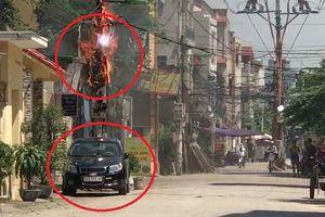 Cột điện cháy nổ ngùn ngụt sát ô tô, dân dửng dưng đứng quay clip