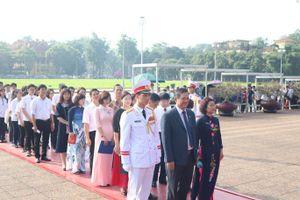 Hơn 200 học sinh tiêu biểu Thủ đô báo công dâng Bác