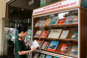 Trưng bày những cuốn sách về đường Trường Sơn