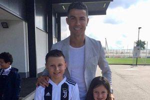 Ronaldo hoàn thành ước nguyện của cậu bé bị u não