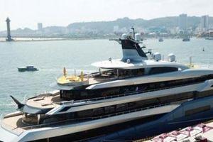 Ông chủ CLB Tottenham 'cưỡi' siêu du thuyền đến Hạ Long