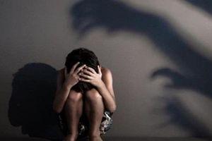 Vụ bé gái 11 tuổi bị cha dượng xâm hại: Người mẹ chết lặng sau từng lời kể của con thơ