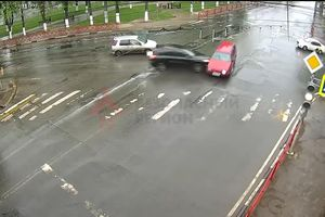 Vượt đèn đỏ, SUV màu đen húc văng ô tô khác giữa giao lộ
