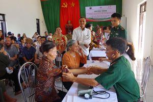 Khám bệnh, cấp thuốc miễn phí và tặng 500 suất quà cho nhân dân khu vực biên giới