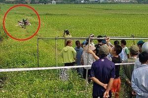 Người đàn ông tử vong bên cạnh xe máy giữa cánh đồng