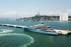 Ông chủ đội bóng Tottenham đến thăm Hạ Long bằng siêu du thuyền Aviva