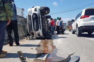 Xe tải tông xe 7 chỗ lật nghiêng, 3 người thoát chết may mắn