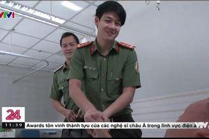 Chỉ vài giây lướt qua trên sóng truyền hình, chàng chiến sỹ công an đã khiến bao cô gái phải 'lùng info'