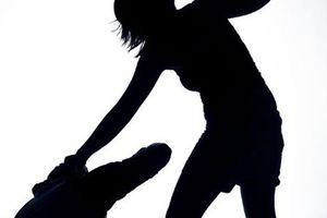 Bị đánh một bạt tai, vợ đâm 1 nhát chí mạng vào ngực chồng