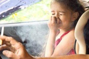 Bố mẹ hút thuốc lá – con hít độc hại