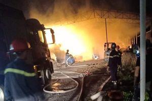 Công ty sản xuất bông gòn ở Bình Dương bốc cháy dữ dội trong đêm