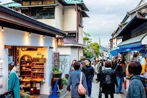 Nhật Bản cấm ăn uống trong khi đi bộ tại thành phố du lịch nổi tiếng