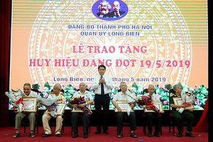 Hà Nội: Trao tặng Huy hiệu 70 năm tuổi Đảng tại quận Long Biên