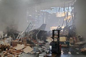 F-16 đâm xuống nhà kho ở Mỹ
