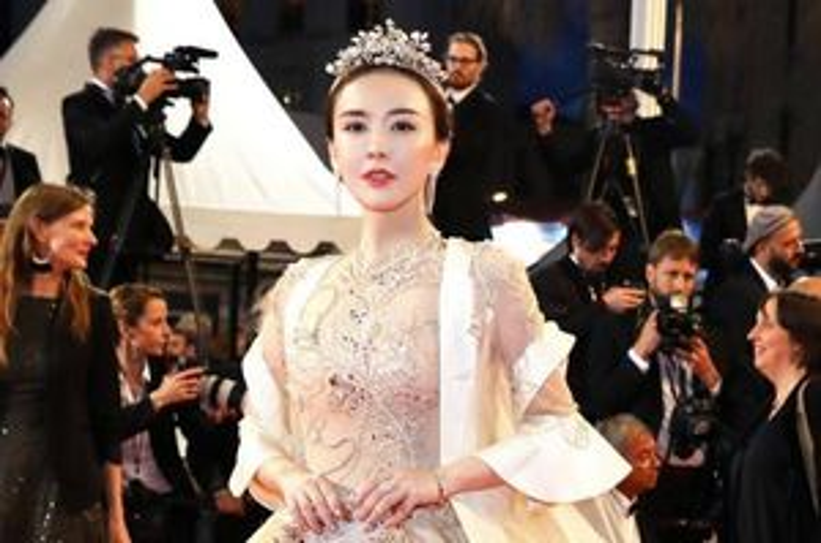 Mỹ nhân Trung Quốc bỏ hàng nghìn USD mua vé dự thảm đỏ Cannes