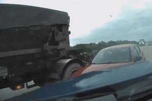Ôtô bị container húc vì lỗi khi chuyển làn