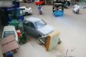 Tài xế xe tải mất lái lao lên vỉa hè tông làm hư 6 ôtô