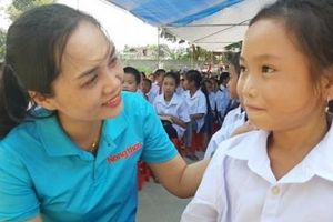 Clip: Học sinh nghèo Văn Chấn vui sướng khi nhận học bổng, áo trắng